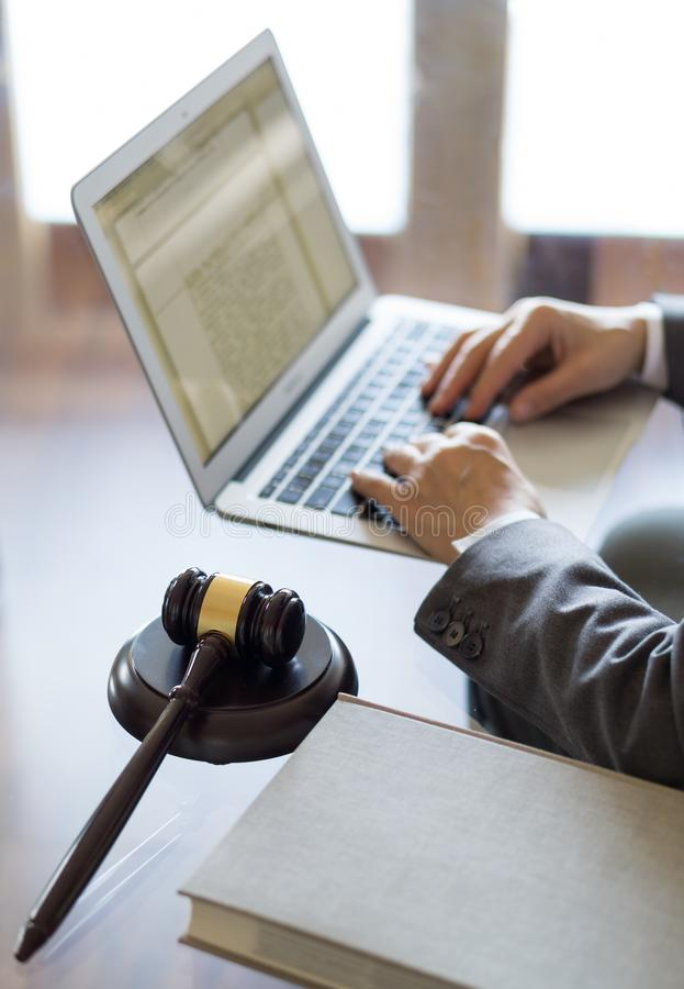 Офис юриста Молоток и юрист судьи работая на ноутбуке стоковое фото