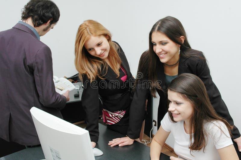 офис 5 девушок стоковые фото