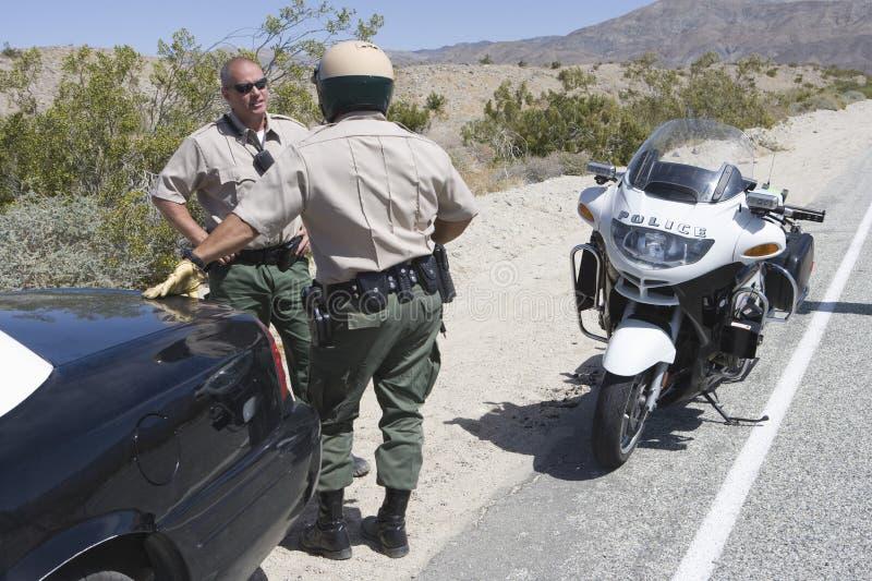 Офицеры движения имея переговор друг с другом стоковое изображение