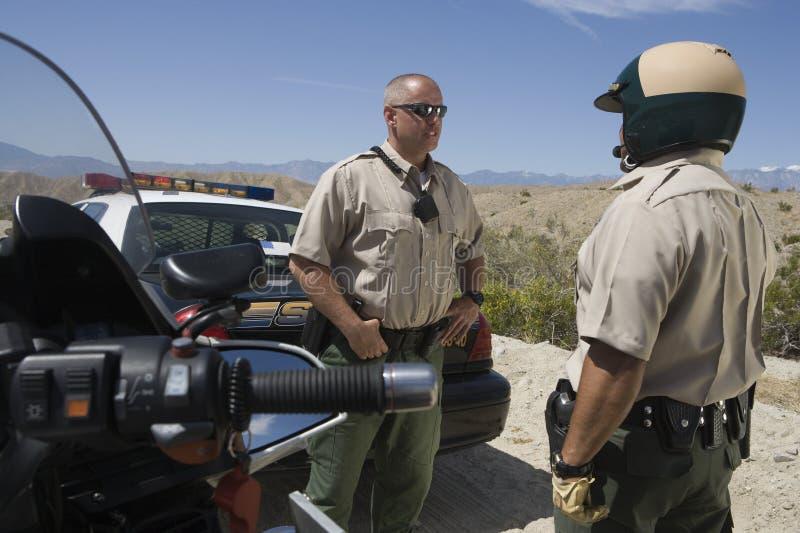 Офицеры говоря друг с другом стоковые изображения rf