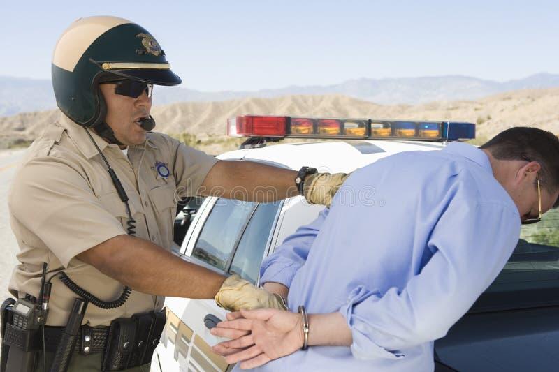 Офицер движения арестовывая человека стоковые фотографии rf