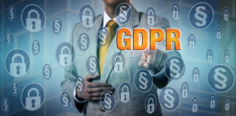 Офицер защиты данных активируя измерения GDPR стоковые фотографии rf