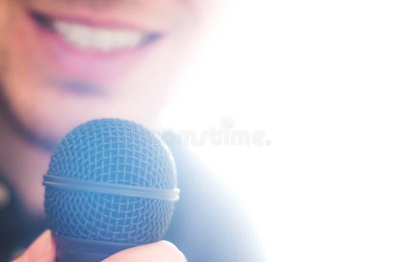 Офицер прессы говорит в микрофон и дает интервью стоковое изображение rf