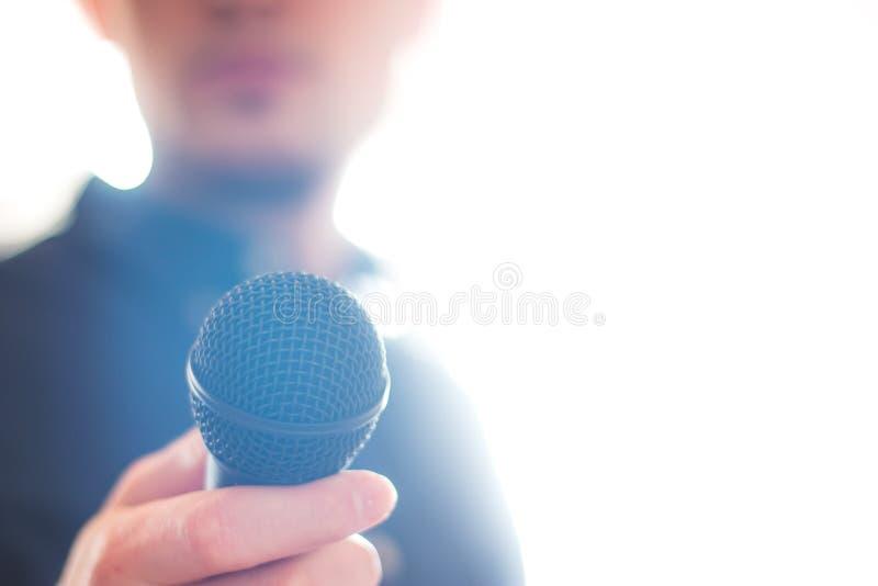 Офицер прессы говорит в микрофон и дает интервью стоковое изображение