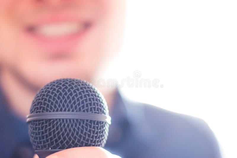 Офицер прессы говорит в микрофон и дает интервью стоковые фотографии rf