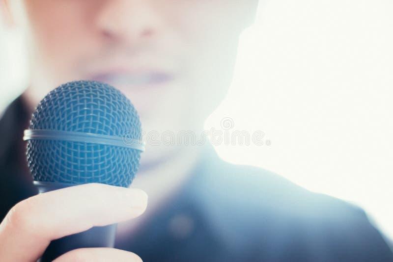Офицер прессы говорит в микрофон и дает интервью стоковые изображения