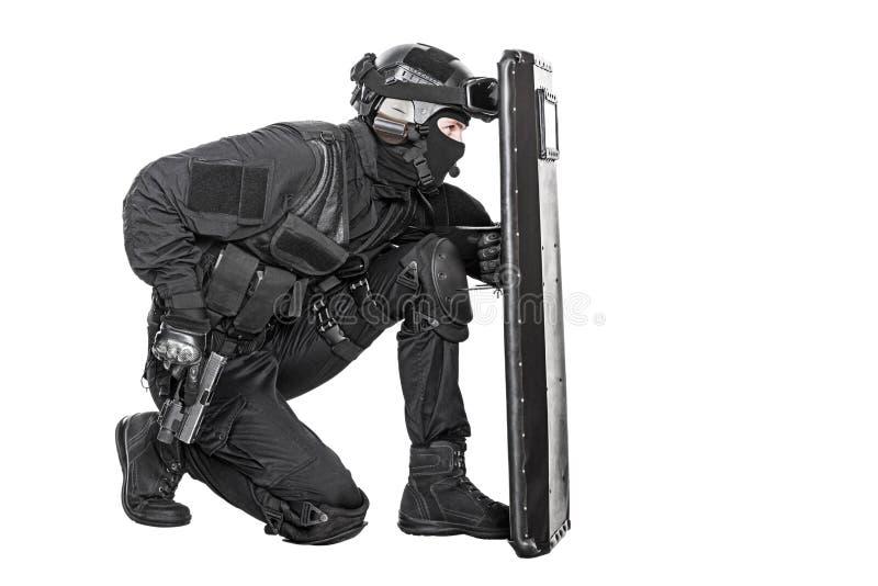 Офицер СВАТ с баллистическим экраном стоковые фотографии rf