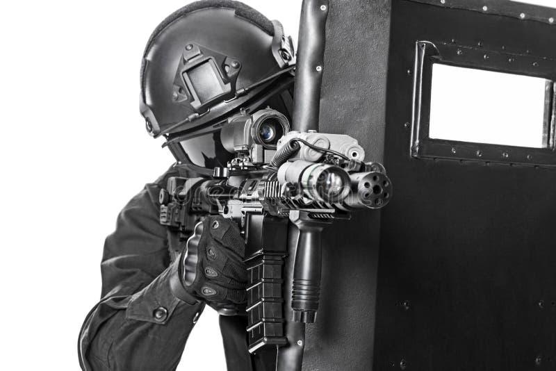 Офицер СВАТ с баллистическим экраном стоковое изображение rf