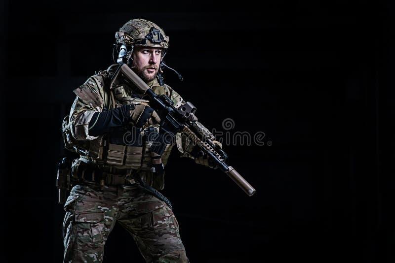 Офицер СВАТ с винтовкой стоковая фотография rf