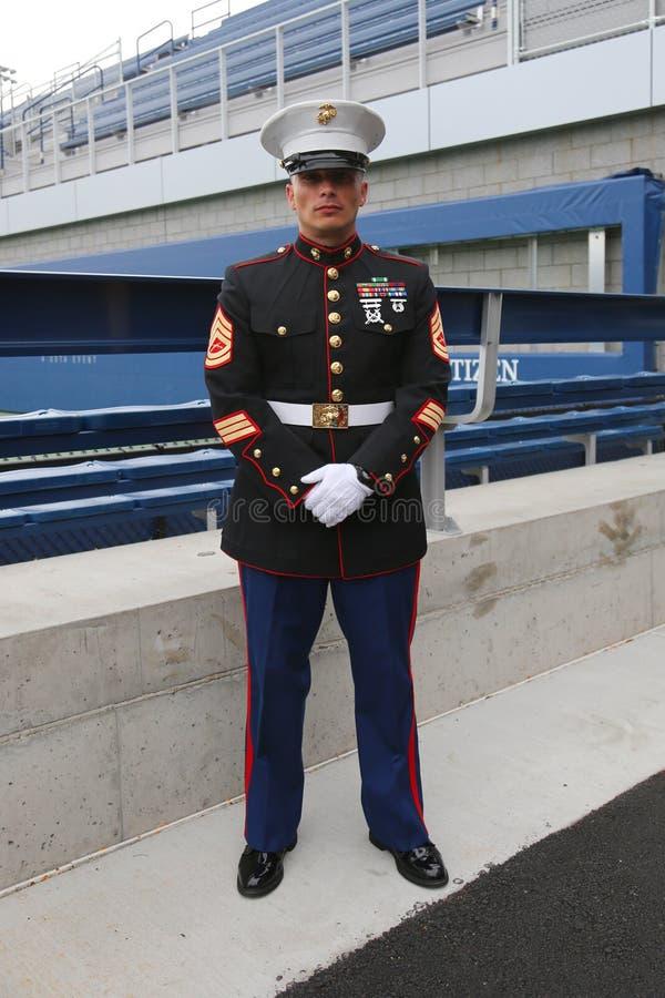 Офицер Соединенных Штатов морской на короле Национальн Теннисе Центре Билли Джина перед развертывать американский флаг на США рас стоковые фото