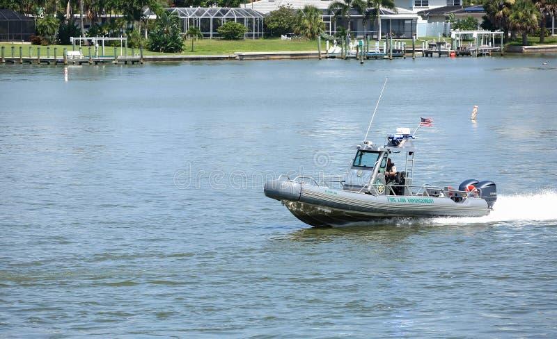 Офицер FWC отвечая к ситуации стоковое фото rf