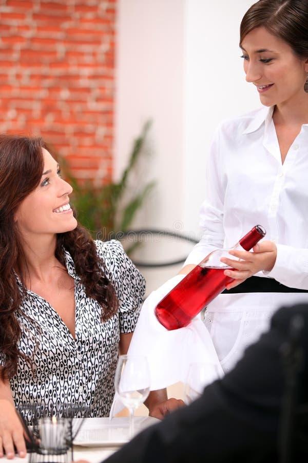 Официантка вина и клиент стоковые изображения