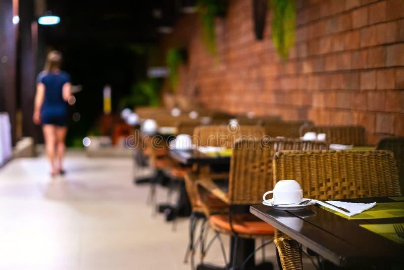 Официантка выходит, кафе закрывает вечер, ночь, давно пора, который нужно пойти домой стоковое фото