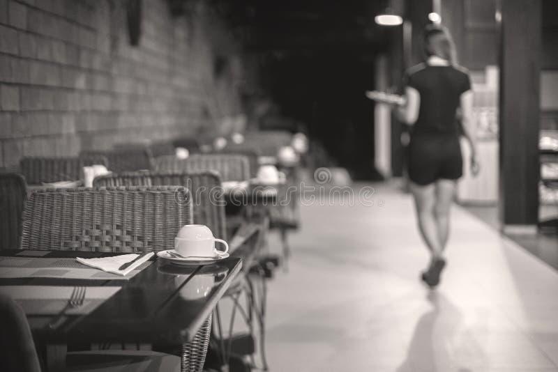Официантка выходит, кафе закрывает вечер, ночь, давно пора, который нужно пойти домой стоковые фото