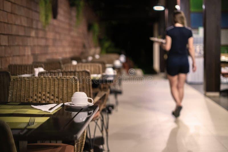 Официантка выходит, кафе закрывает вечер, ночь, давно пора, который нужно пойти домой стоковая фотография rf