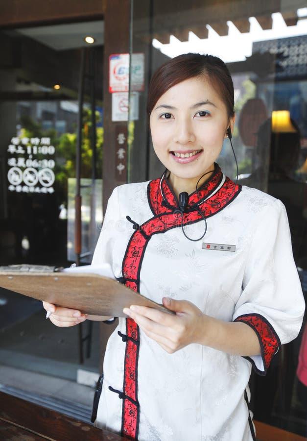 Официантка в китайском типе стоковые фотографии rf