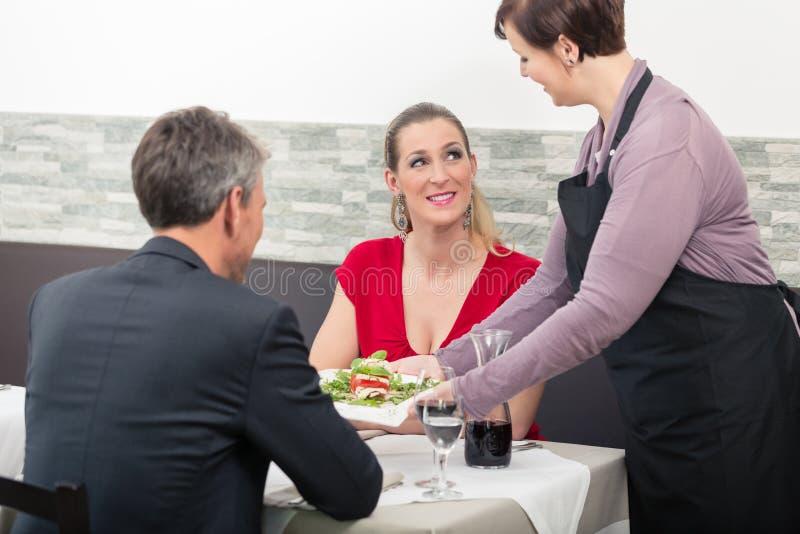 Официантка делая заказ заказ на таблице стоковые фото