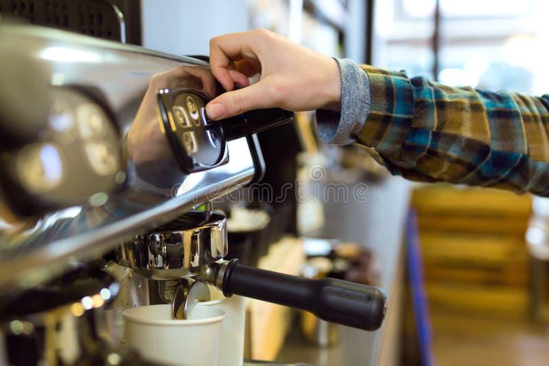 Официантка делая кофе используя профессиональный кофе в кофейне стоковое изображение