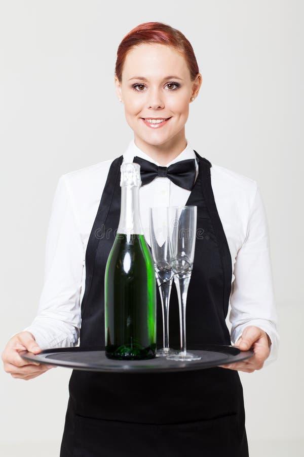 Официантка держа поднос стоковое фото