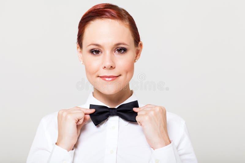 Официантка держа bowtie стоковое фото
