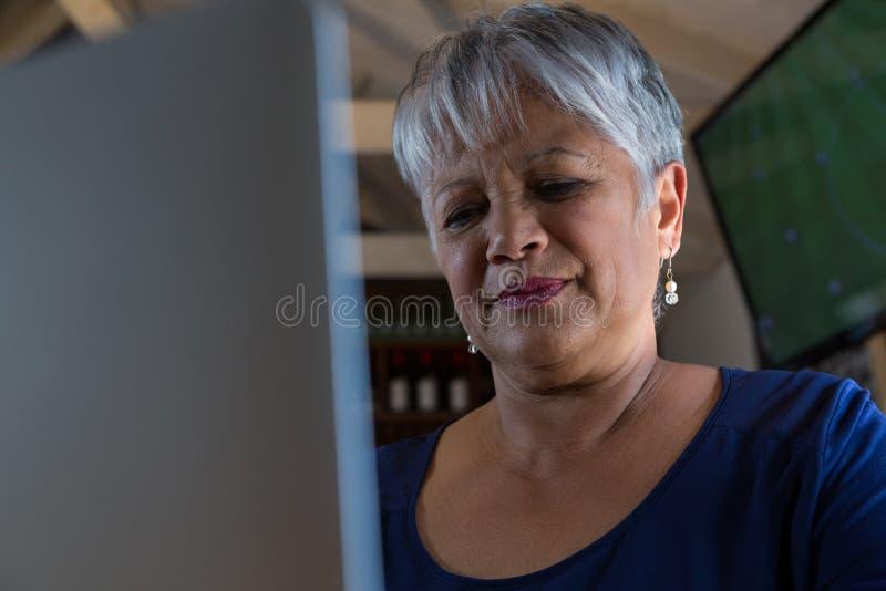 Официантка используя компьтер-книжку стоковая фотография rf