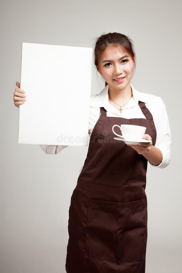 Официантка или barista в рисберме держа кофе и пустой знак стоковые фото