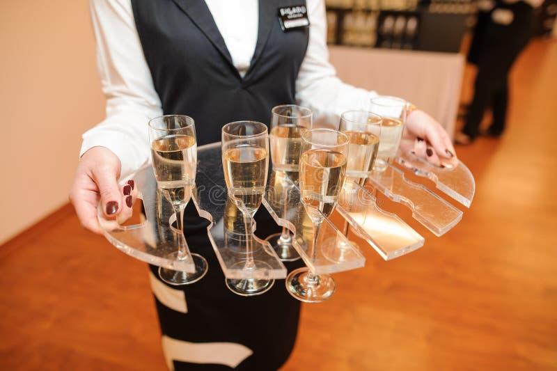 Официантка одела в равномерной сервировке комплект шампанского стоковые фотографии rf