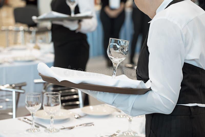 Официантка одетая в форме служа набор стекел стоковое фото rf