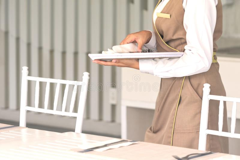 Официантка против пустого tableware, сервировки стола r стоковые фото