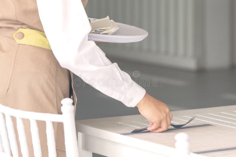 Официантка против пустого tableware, сервировки стола r стоковые изображения
