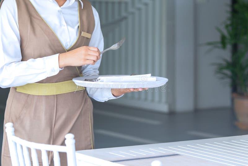 Официантка против пустого tableware, сервировки стола r стоковое фото rf