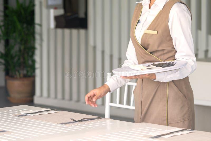 Официантка против пустого tableware, сервировки стола r стоковое изображение