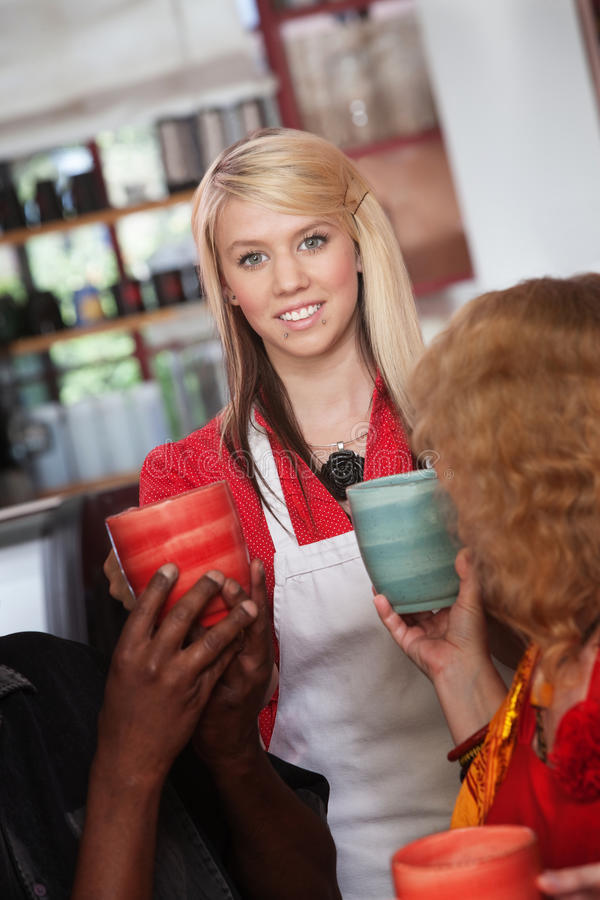 Официантка с кружками и покровителями стоковая фотография rf