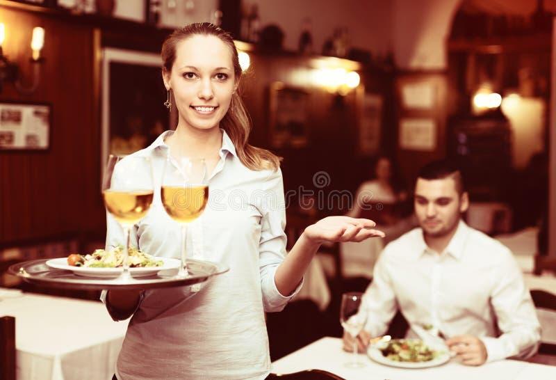 Официантка с напитками стоковые фото