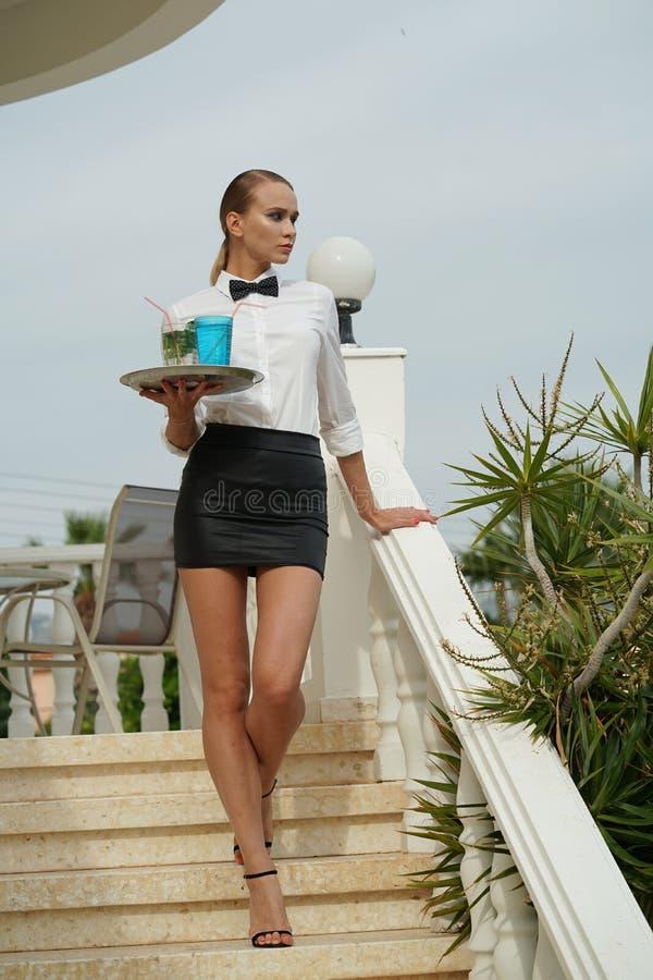 Официантка с подносом и пить стоковые фото