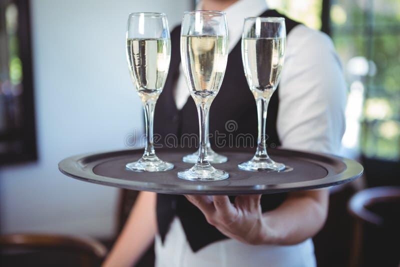Официантка с подносом каннелюры шампанского стоковая фотография rf
