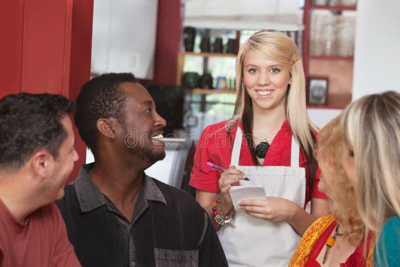 Официантка с разнообразными клиентами стоковые изображения