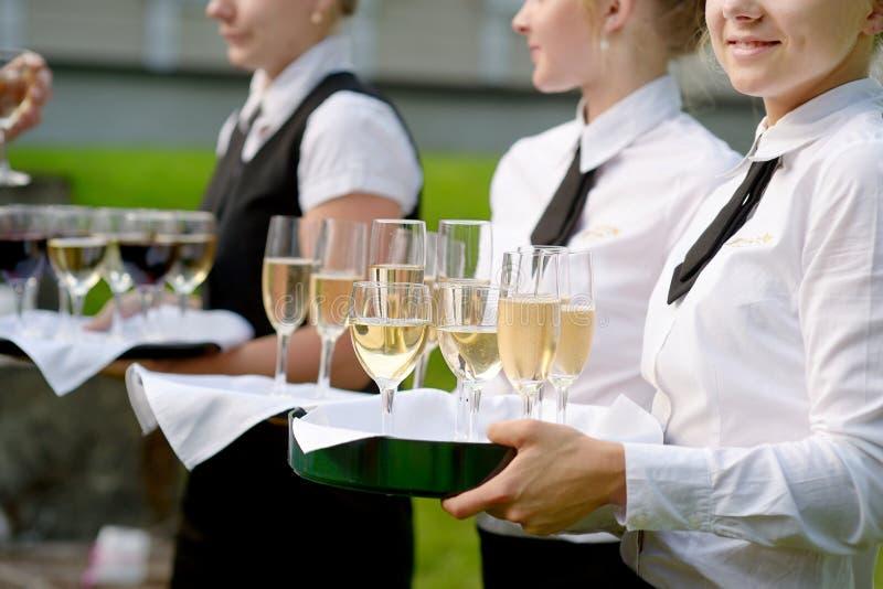 Официантка с тарелкой стекел шампанского стоковая фотография rf