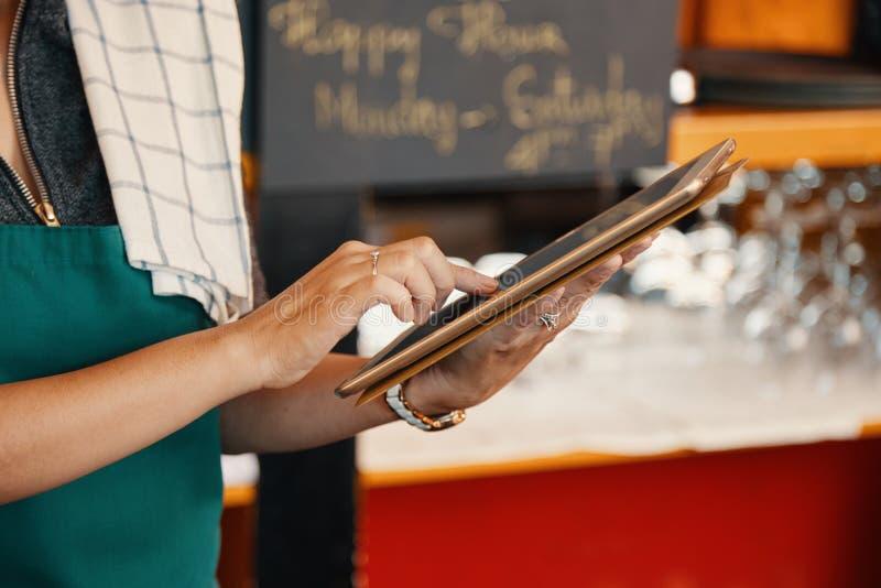 Официантка с цифровой таблеткой стоковые изображения rf