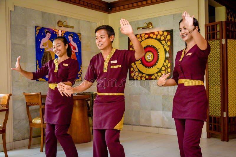 Официант и официантка в тайских танцах ресторана стоковая фотография