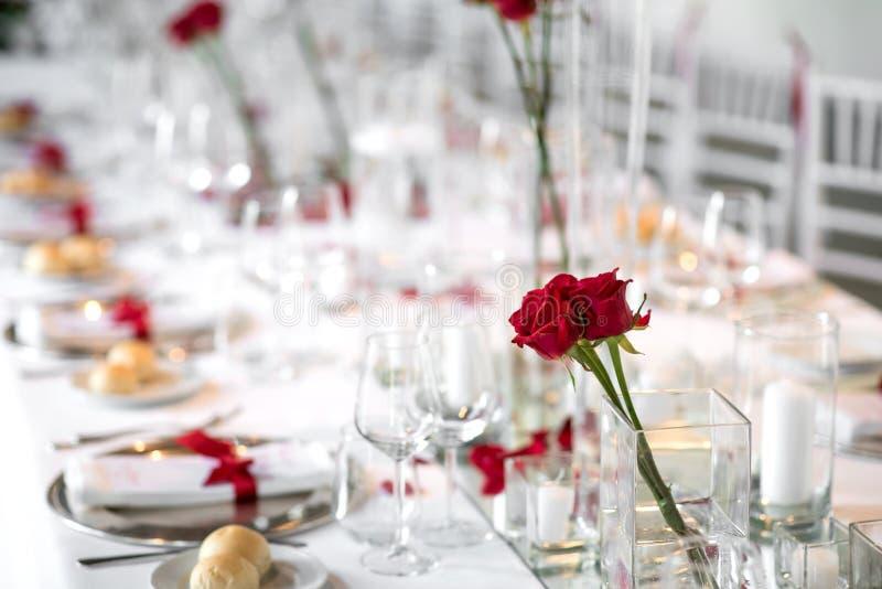 Официально сервировка стола обедающего с красными розами стоковые фотографии rf