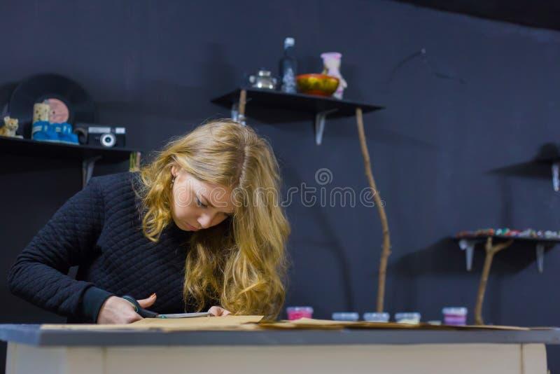 Оформитель профессиональной женщины, дизайнерская деятельность с бумагой kraft стоковые изображения rf