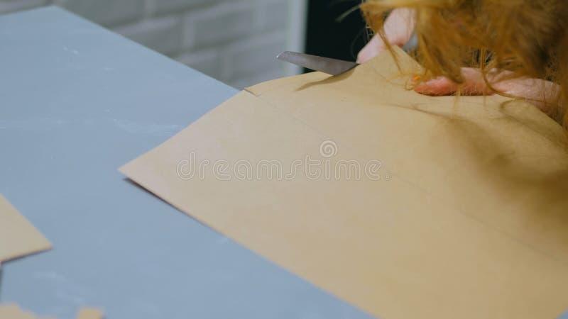 Оформитель профессиональной женщины, дизайнерская деятельность с бумагой kraft стоковое фото