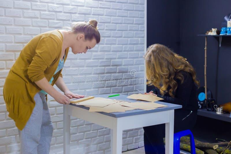 2 оформителя делая конверты на студии стоковые изображения rf