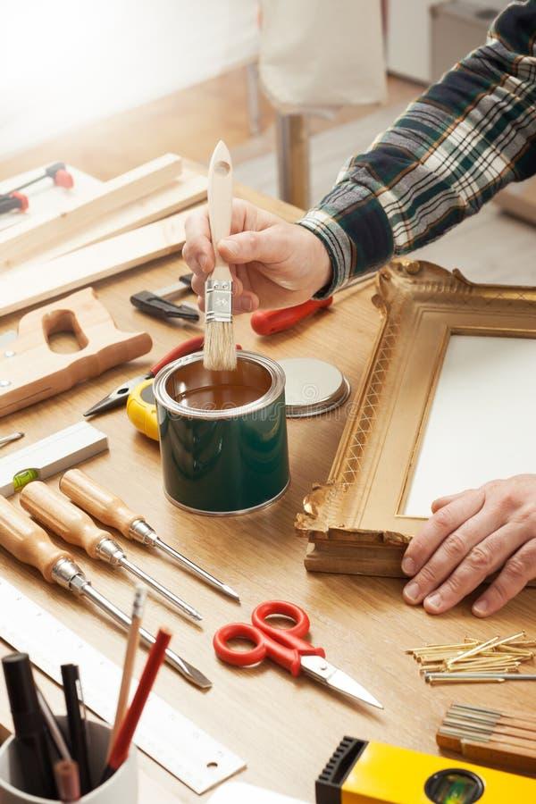 Оформитель лакируя деревянную рамку стоковые изображения
