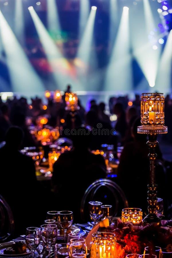 Оформление обедающего события гала-ужина в темной комнате стоковая фотография rf