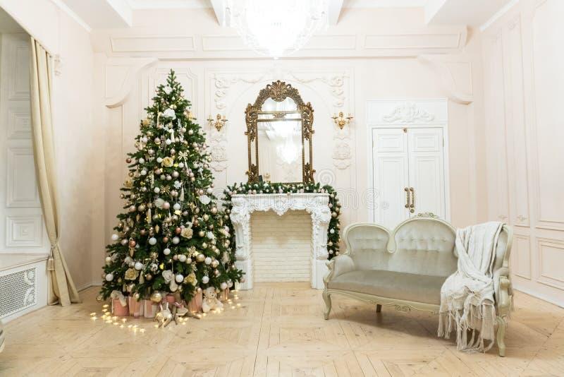 Оформление рождества в светлой комнате перед Новым Годом 1 стоковая фотография rf