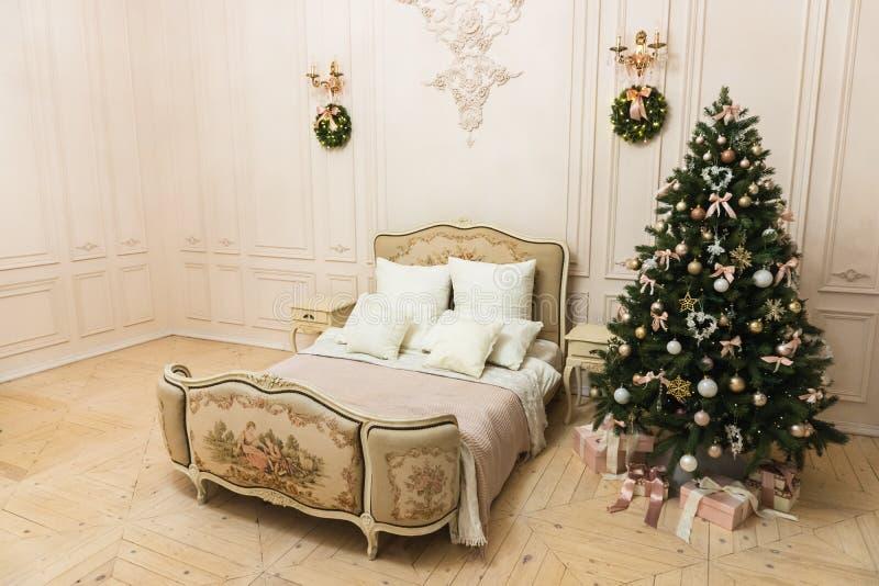 Оформление рождества в светлой комнате перед Новым Годом 1 стоковые изображения rf
