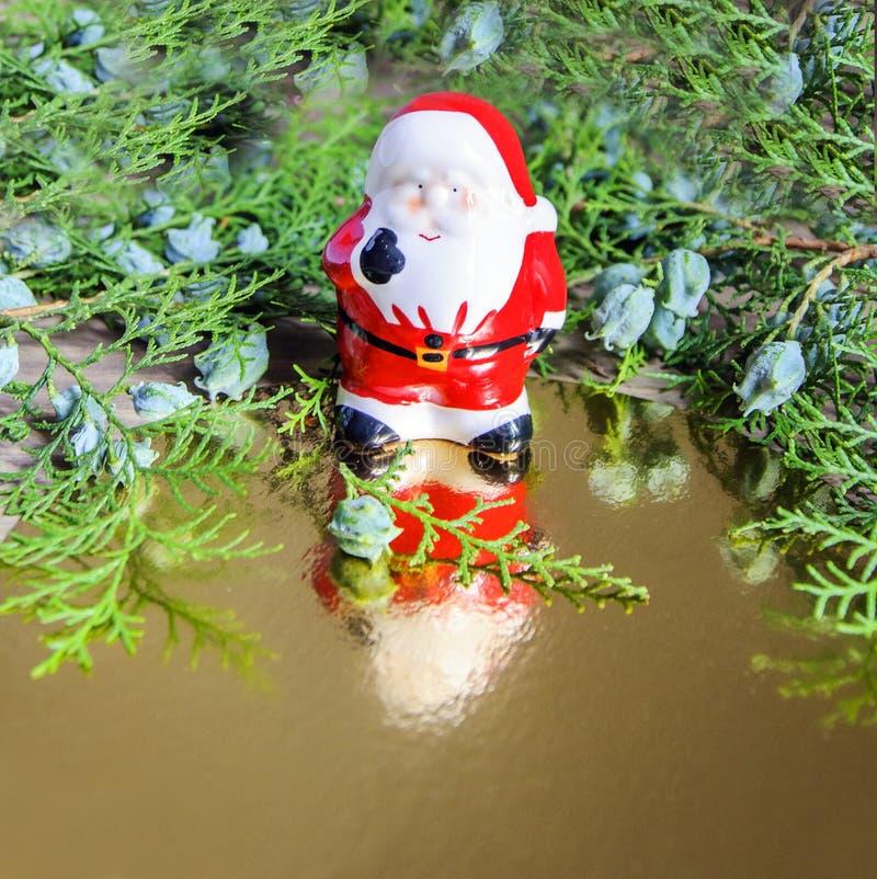 Оформление рождества и Нового Года, игрушка Санта Клауса керамическая стоковые фотографии rf