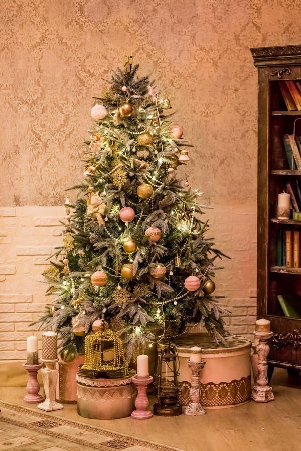 Оформление рождества ретро стильной живущей комнаты с винтажными мебелью, рождественской елкой и свечами С Рождеством Христовым и стоковые фотографии rf